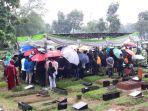 Hujan Selimuti Prosesi Pemakaman Ricky Yacobi, Para Peziarah Tetap Khusyuk Panjatkan Doa
