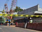 pemasangan-grider-balok-beton-jembatan-flyover-kandeman_20170525_183245.jpg