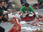 pembagian-daging-hewan-kurban-masjid-cut-mutia_20150924_232040.jpg