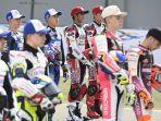 pembalap-idemitsu-honda-team-asia-andi-farid-izdihar-dan-yuki-kunii-topi-merah.jpg