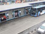 pembatasan-operasi-transjakarta-penumpang-menumpuk-di-halte_20200316_140346.jpg