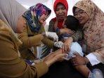 pemberian-vaksin-ulang-di-puskesmas-ciracas_20160718_211104.jpg