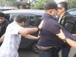 penangkapan-mantan-ketua-dprd-surabaya-wishnu-wardhana-mobil-kejar-kejaran.jpg