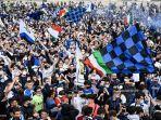 pendukung-inter-milan-merayakan-kemenangan-di-piazza-duomo.jpg