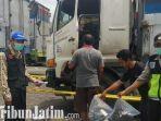 pengemudi-ditemukan-tewas-di-dalam-truk.jpg