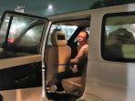 pengemudi-mobil-ditonjok-hingga-benjol-usai-senggol-pengendara-motor-di-jatinegara_20180921_080750.jpg