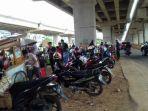 pengendara-motor-sedang-beristirahat-di-kolong-tol-becakayu-di-sepanjang-sungai-kalimalang_20170702_124419.jpg