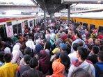 pengguna-commuterline-meningkat_20150215_140345.jpg