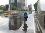 pengguna-sepeda-santai-melintas-di-jalan-thamrin-jakarta_20210308_143732.jpg
