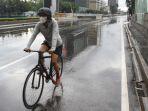 pengguna-sepeda-santai-melintas-di-jalan-thamrin-jakarta_20210308_143818.jpg