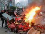 pengunjuk-rasa-bakar-halte-transjakarta-thamrin_20201008_211328.jpg