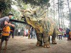 Viral Video Dinosaurus Triceratops Diturunkan di Mojosemi Forest Park