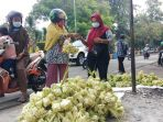 penjual-kulit-ketupat-sambut-hari-raya-idul-adha-2021_20210719_112003.jpg
