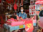 penjualan-pernak-pernik-imlek-turun-30-persen-dimasa-pandemipenj_20210205_171626.jpg