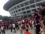 penonton-laga-timnas-indonesia-vs-malaysia-pakai-jersey-merah.jpg
