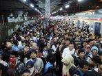 penumpang-berjubel-di-stasiun-tanah-abang_20150617_133425.jpg