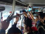 penumpang-bus-transjakarta-bergelantung-seperti-monyet_20150212_114804.jpg