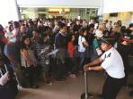 penumpang-di-bandara-ngurah-rai-bali_20160624_135506.jpg