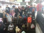 penumpang-di-stasiun-senen_20160717_174153.jpg