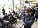 penumpang-ka-di-stasiun-gubeng-antre-rapid-tes-antigen_20201225_143515.jpg