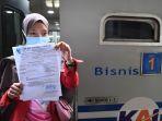 penumpang-ka-di-stasiun-gubeng-antre-rapid-tes-antigen_20201225_145614.jpg