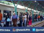 penumpang-kereta-api-di-stasiun-gubeng-surabaya_20160608_095232.jpg