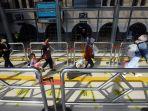 penumpang-kereta-api-di-stasiun-pasar-senen-saat-libur-paskah_20210402_194457.jpg