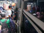 penumpang-kereta-padati-stasiun-pasar-senen_20191230_231049.jpg