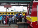 penumpang-krl-commuter-jabodetabek-di-stasiun-manggarai_20160607_115633.jpg