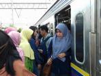 penumpang-krl-commuter-l_20151019_162238.jpg