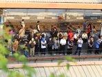 penumpang-krl-stasiun-tanah-abang-menumpuk_20151022_151048.jpg