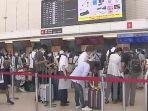 penumpang-pesawat-antre-di-bandara-itami-osaka.jpg