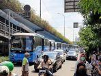 penumpang-transjakarta-tinggalkan-bus_20180410_115925.jpg