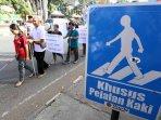 penyandang-disabilitas-tuntut-trotoar-layak_20150624_160321.jpg