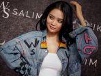 penyanyi-wika-salim-desain-jaket-jeans-denim-ws_20200309_112329.jpg