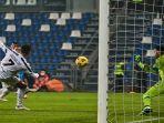 penyerang-portugal-juventus-cristiano-ronaldo-mencetak-gol-ke-gawang-napoli.jpg