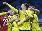 penyerang-swedia-zlatan-ibrahimovic-tengah-dan-rekan-satu-timnya-merayakan-gol.jpg