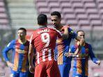 penyerang-uruguay-atletico-madrid-luis-suarez-kiri-berbicara-dengan-busquets.jpg