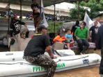 perahu-karet-bertuliskan-fpi-saat-proses-evakuasi-banjir-di-cipinang-melayu.jpg