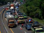 perbaikan-jalan-di-tol-cipularang-sebabkan-kemacetan_20200827_203033.jpg