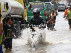 perjuangan-warga-saat-banjir-kembali-terjang-kabupaten-bandung_20191218_204321.jpg