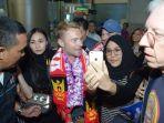personel-boyzone-tiba-di-bandara-internasional-juanda_20180822_211951.jpg