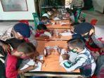 personel-brimob-tengah-mengarahkan-para-siswa-saat-proses-belajar.jpg