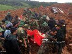 personel-militer-membawa-mayat-quang-tri-vietnam-tengah.jpg
