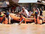 personel-sat-brimob-polda-kalsel-mengevakuasi-warga-korban-banjir-di-kalsel.jpg