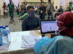 peserta-vaksinasi-menunggu-pengecekan-kesehatan-di-grab-vaccine-center-uny.jpg