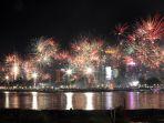 pesta-kembang-api-tahun-baru-2020-di-losari-makassar_20200101_111954.jpg