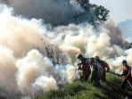 petugas-bnpb-berusaha-padamkan-kebakaran-hutan-sumsel_20200829_173330.jpg