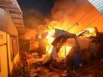 petugas-bpbd-menghindari-api-yang-membesar-pada-kebakaran_20180106_050629.jpg
