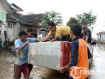 petugas-bpbd-sumut-dan-relawan-membantu-mengevakuasi-barang-korban-banjir.jpg